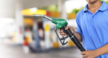 tanque de combustible: Bomba de gas para repostar coche en la gasolinera
