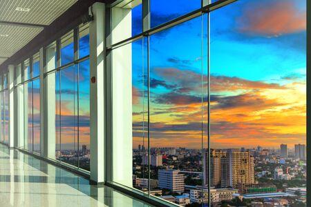 Las ventanas en moderno edificio de oficinas Foto de archivo - 43756334