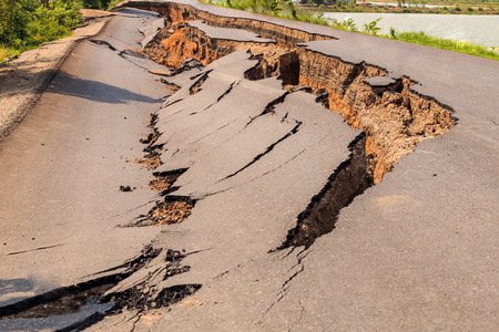 Agrietada de la carretera de asfalto después del terremoto Foto de archivo - 43756395