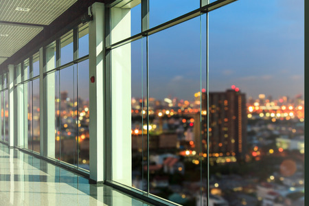personas trabajando en oficina: Las ventanas en moderno edificio de oficinas