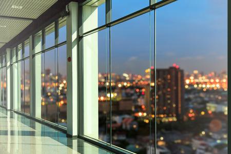 Ramen in de moderne kantoorgebouw Stockfoto