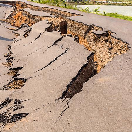 Cracked of asphalt road after the earthquake Banque d'images