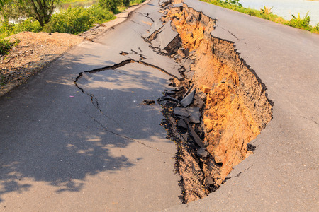 Cracked of asphalt road after the earthquake Imagens