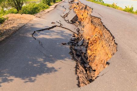 Cracked of asphalt road after the earthquake Standard-Bild