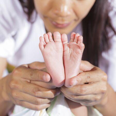 foot of the baby: Imagen del pie del bebé recién nacido en manos de la madre
