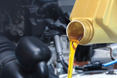 Verser de l'huile moteur, Verser automobile de lubrifiant d'huile de bouteille Banque d'images - 60395342