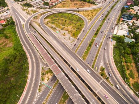 Vista aérea de la carretera de intercambio de una ciudad, vista desde arriba de la carretera y autopista Foto de archivo