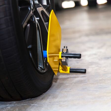 Clamp vehicle, wheel lock, Car was locked with clamped vehicle