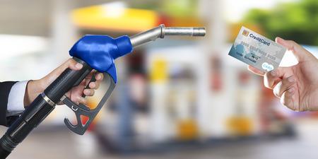 tarjeta de crédito para hacer un pago para el coche del reaprovisionamiento en la gasolinera