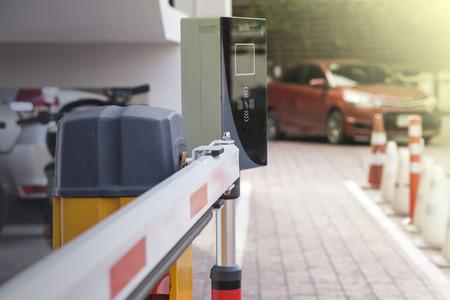 주차장에 차량 보안 장벽 게이트