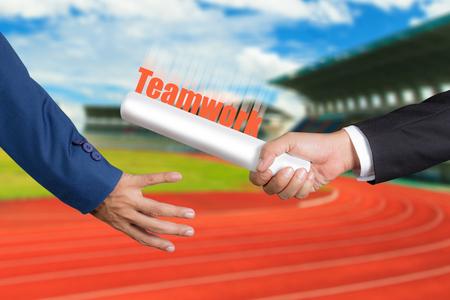 carrera de relevos: Cropped mano de hombre de negocios pasando relé baton a colega, el concepto de trabajo en equipo para el éxito empresarial