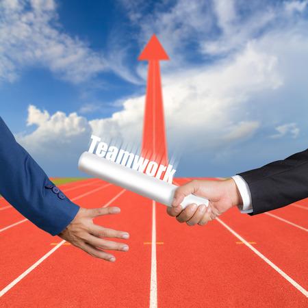 Bebouwde de hand van zakenman passerende estafettestokje naar collega, het concept van teamwork voor zakelijk succes op renbaan