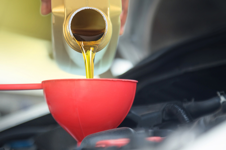 Colada de aceite de motor, Colada de lubricante de aceite automóvil de botella