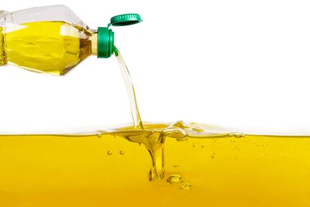 Plantaardige olie het gieten op plantaardige olieachtergrond