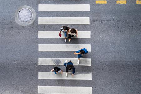 Luchtfoto bovenaanzicht van mensen lopen op straat in de stad over voetgangersoversteekplaats verkeersweg