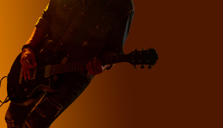 Musician guitarist player, Silhouette of guitar player on the stage Foto de archivo - 107343292