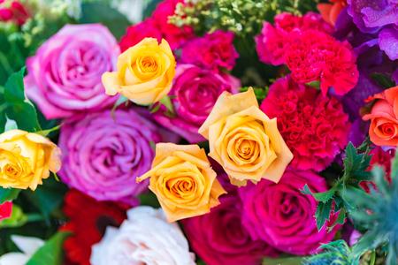 Gemischte mehrfarbige Rosen im Blumendekor, bunter Hochzeitsblumenhintergrund