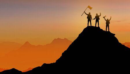 Silhouette des Geschäftsmannteams, Gruppe von Völkern, die auf dem Berggipfel über Sonnenuntergang-Dämmerungshintergrund mit Flagge, Gewinner-, Erfolgs- und Führungskonzept stehen Standard-Bild