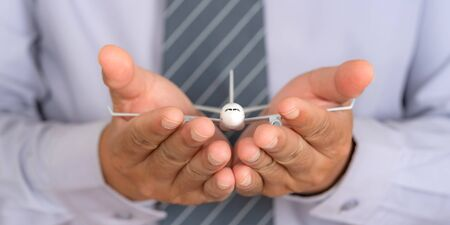 Concetto di viaggio assicurativo, modello di aeroplano sulle mani di supporto, protezione sicura del piano di protezione