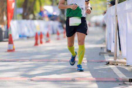 Menschenfüße, Marathonlauf in den Straßen des Parks Standard-Bild