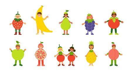 Niños en trajes de frutas conjunto de personajes planos. Niños multirraciales vestidos para jardín de infantes, actuación escolar, espectáculo, carnaval. Ropa infantil de frutas tropicales. Paquete de ilustraciones de dibujos animados aislados