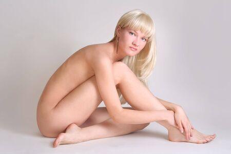 sexy nackte frau: sexy nackte Frau auf grauem Hintergrund