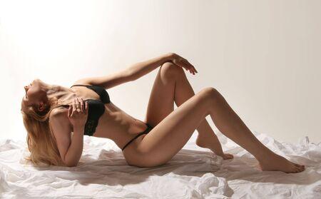 mujer sexy desnuda: sexy mujer desnuda sobre fondo gris