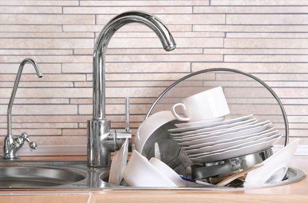 dishwashing: Pila de platos sucios en el fregadero de