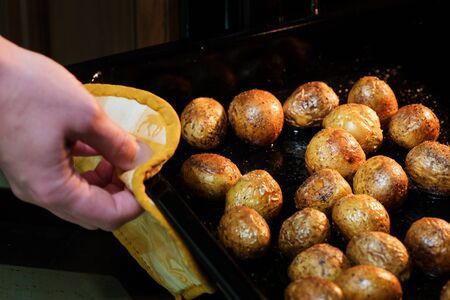 Preparation of baked potatoes in the oven 写真素材 - 96958514