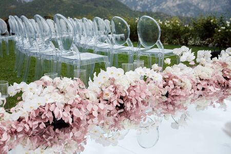 A marvelous place in the decorations and flowers for the wedding ceremony. With transparent chairs on the sea Foto de archivo