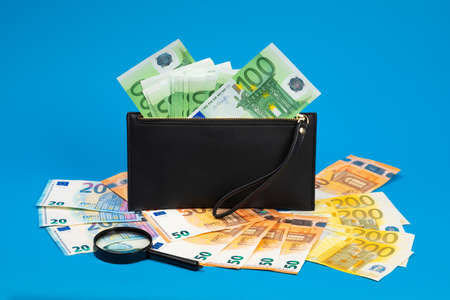 20, 50, 100, 200 euro bills and magnifying glass with black wallet. Concept of counterfeit money. The concept of cash, cash savings, prosperity. Euromoney Imagens