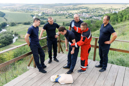 The man shows the provision of first aid in the educational process Imagens