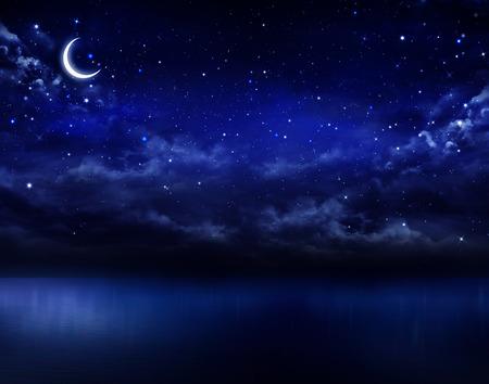 noche y luna: hermoso cielo de la noche en el mar abierto Foto de archivo
