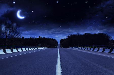 도시 외곽의 야간 도로 스톡 콘텐츠