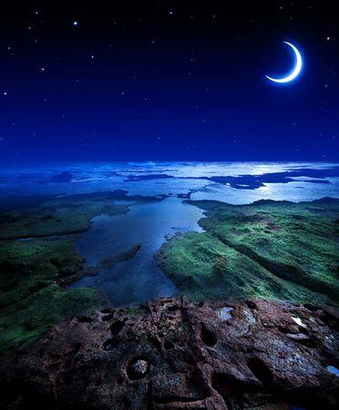 noche y luna: Cielo nocturno con la luna y las estrellas en la costa