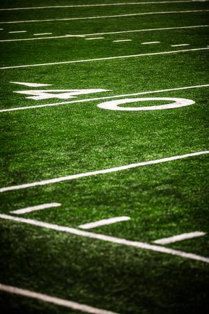 축구 경기장 그림 40 야드 라인 번호 마커. 사진 세로, 고해상도, 얕은 피사계 심도 있고 텍스트를 추가하기위한 복사 공간이있다. 스톡 콘텐츠