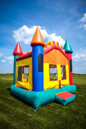 Château gonflable pour enfants dans une grande cour ouverte. Image Copyright © 2009 Paul Velgos avec tous droits réservés. Banque d'images - 77878972
