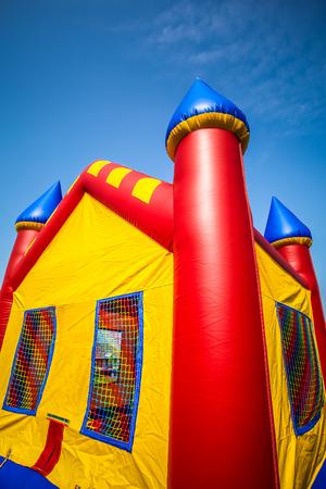 赤、黄、青の子供のインフレータブル弾む城 写真素材