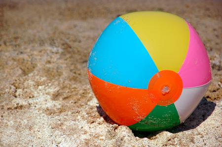 コピーのテキストを追加するための領域が付いている砂のビーチ ボール画像 写真素材