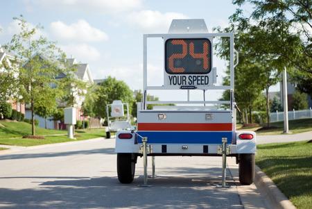 警察モバイル レーダー速度トレーラー。速度を表示する LED サインと機動警察レーダー トレーラーの写真。
