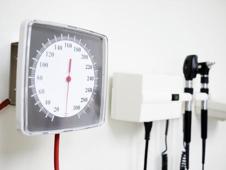 血圧計血圧計、耳鏡耳スコープと医師のオフィスの壁に掛かっている検眼鏡目スコープ