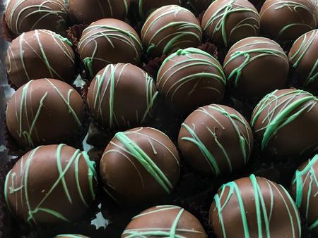 行の緑のトッピングと丸いチョコレート菓子