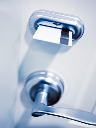 ホテルの部屋のドアのカードキー電子ドア ロック セキュリティ。 写真素材
