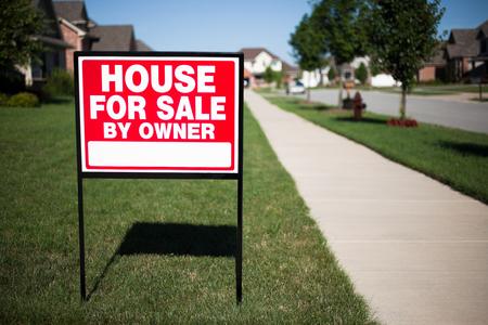 家の販売によって所有者の印の家の前の庭で 写真素材