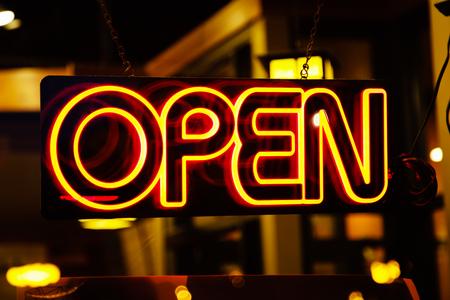 イエロー ネオン - ネオン オープン ビジネスのウィンドウ内に飾っ記号を開きます。 写真素材