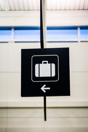 手荷物受取所を指す矢印の付いた空港手荷物記号 写真素材