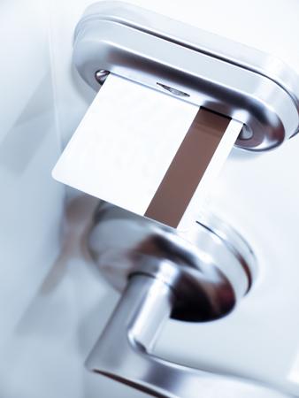 電子式ドアロックのホテル客室のカードキー 写真素材