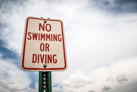 部分的に曇り、青い空の下でない水泳またはダイビング記号のストック画像。