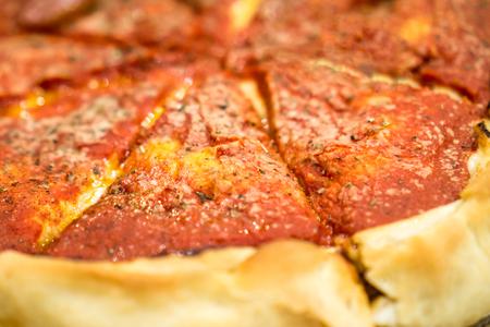 深皿ピザのクローズ アップ写真。著作権 © すべての権利予約とポール Velgos。