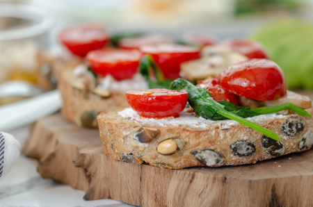 Healthy sandwich with Wholemeal Bread Toast and  with Cream cheese ,green spinach,olive oil mushrooms , avocado and tomatoes, 免版税图像